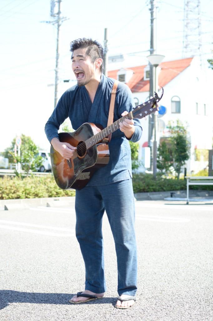 ギターと生声で歌う山作戰