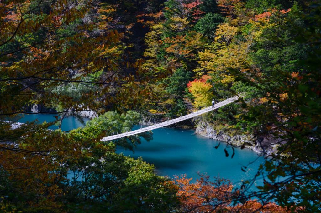 寸又峡 夢の吊橋とチンダル現象で青く染まる湖