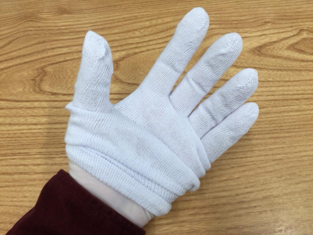 ゴム手袋の上から綿の手袋をします