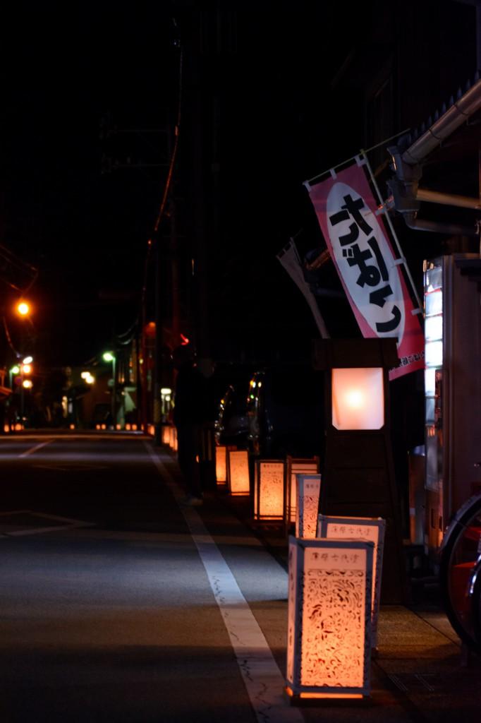 旧蒲原宿の街道に行灯が並ぶ