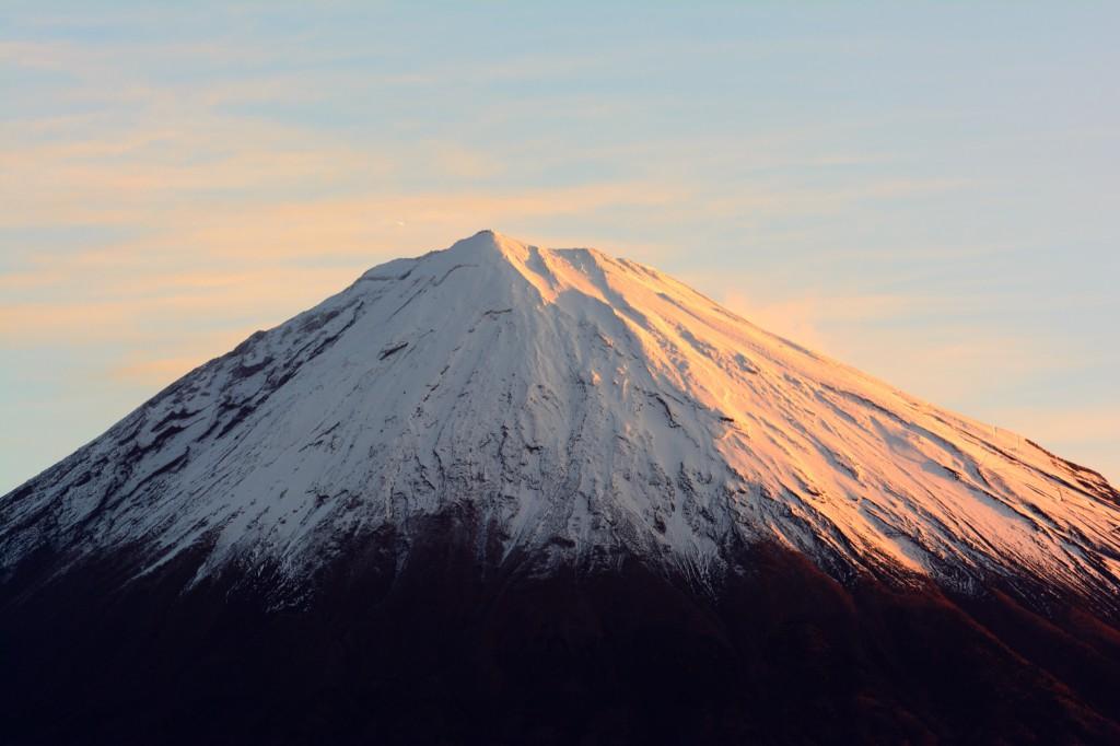 朝日に染まる富士山。拡大すると山頂付近に飛行機が小さく見えます