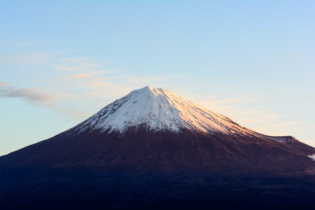 少し引いて撮った富士山。日が昇って赤みが薄らいできた