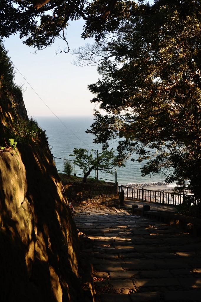 表参道石段から望む駿河湾