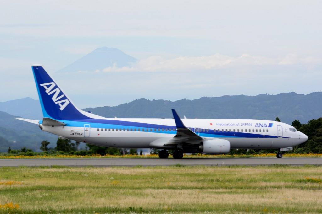 離陸する旅客機と富士山