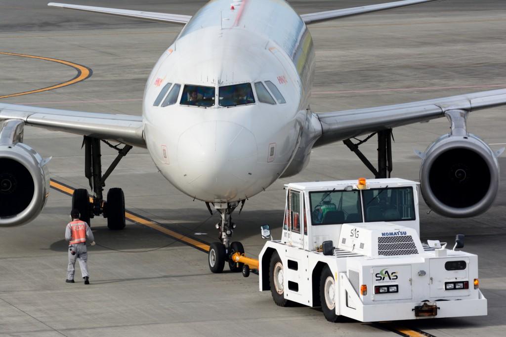 駐機場から出る旅客機