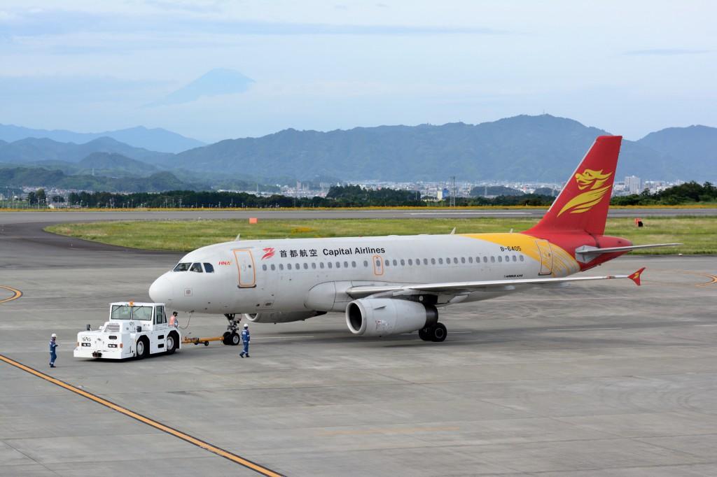 駐機場の旅客機と富士山