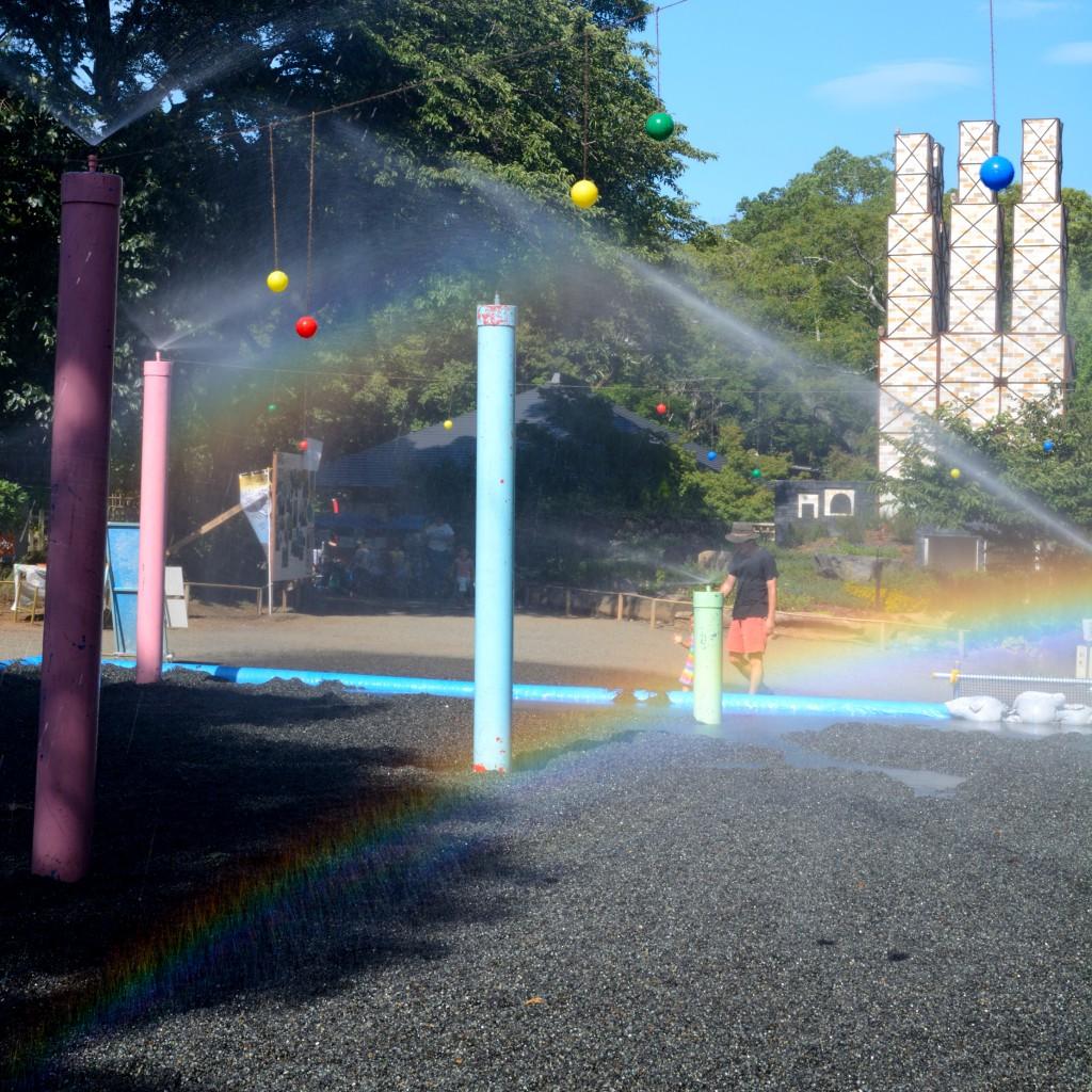 韮山反射炉の模型と水遊び広場の虹