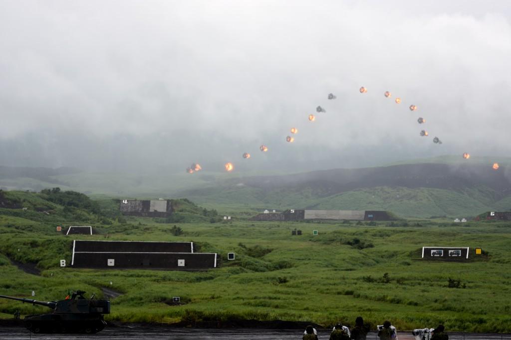 複数のりゅう弾砲を同時に撃って、空中で同時に富士山の形に爆発