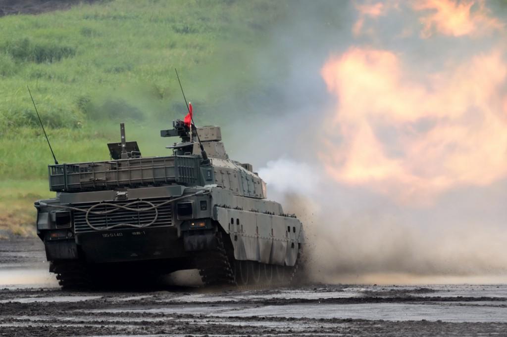 10式戦車の後退行進射撃