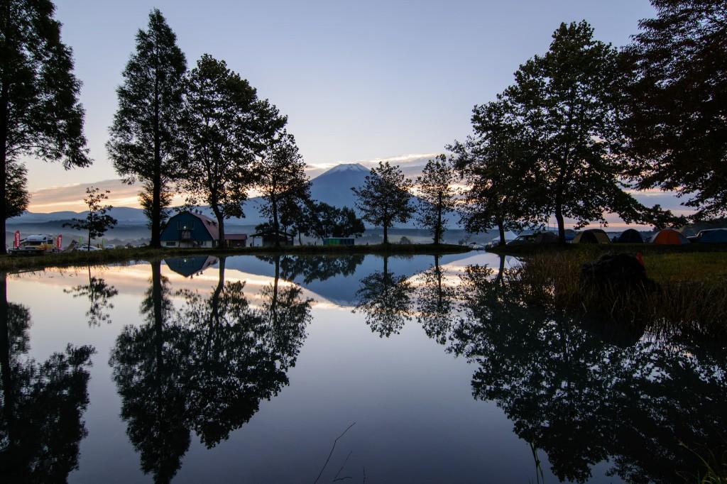 初冠雪の逆さ富士とふもとっぱらの池